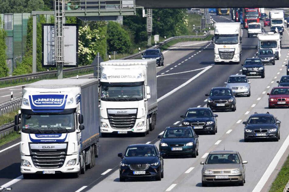 Lkw-Fahrer stirbt bei Unfall auf A99: Gebiet weiträumig umfahren!