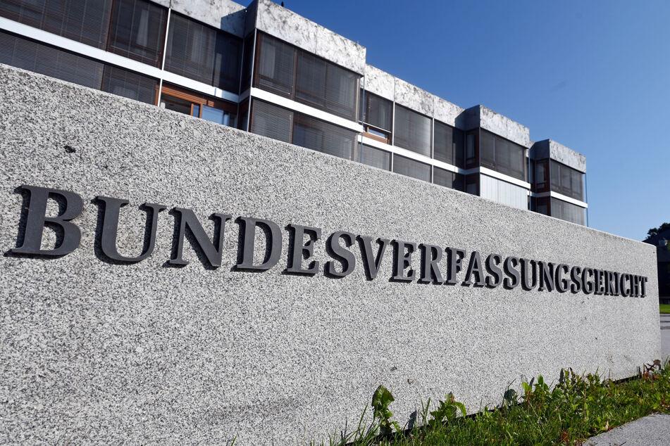 Das Bundesverfassungsgericht hat die von Sachsen-Anhalt blockierte Erhöhung des Rundfunkbeitrags vorläufig in Kraft gesetzt.