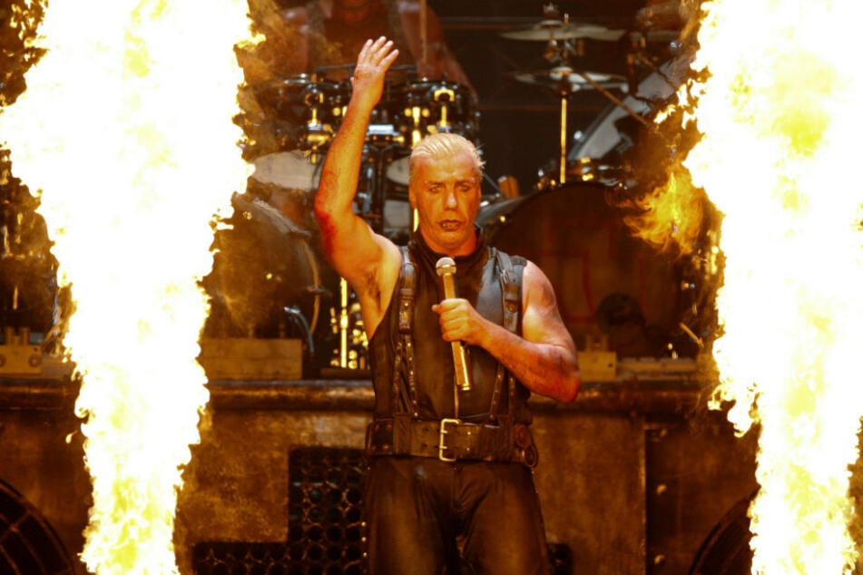 Till Lindemann (58), Sänger der Band Rammstein steht 2013 beim Wacken Open-Air Festival (WOA) auf der Bühne. (Archivbild)