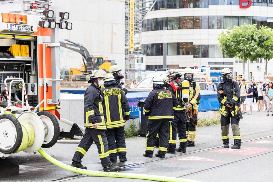 Zahlreiche Feuerwehrleute waren im Einsatz, um die U-Bahnhöfe zu räumen und die Ursache der Rauchentwicklung zu ermitteln.