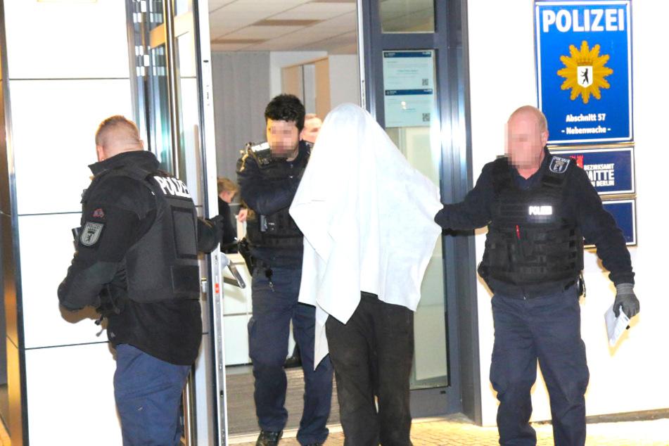 Berlin: Polizeiwache am Alex mit Steinen attackiert: Mann festgenommen!