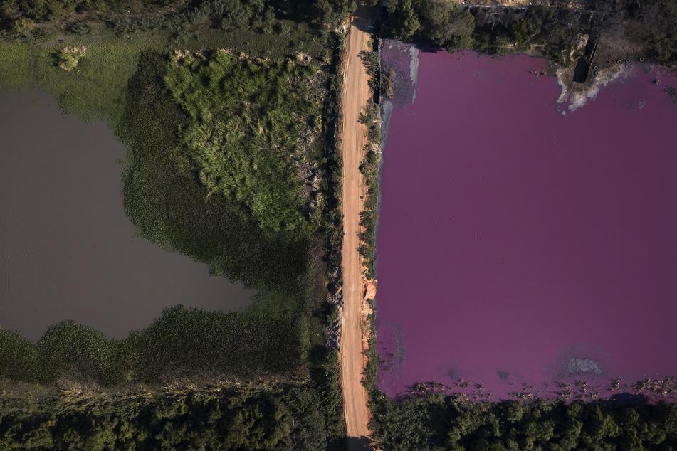 Eine Straße teilt die Lagune Cerro in zwei: rechts, wo die Gerberei Waltrading steht, ist das Wasser rötlich gefärbt.