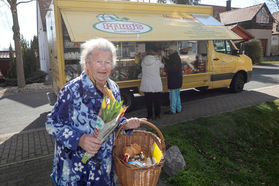 Kundin Elfriede Renner (89) aus Dresden nutzt den Service schon seit Jahren und ist gerade jetzt froh, nicht in einen Supermarkt zu müssen.