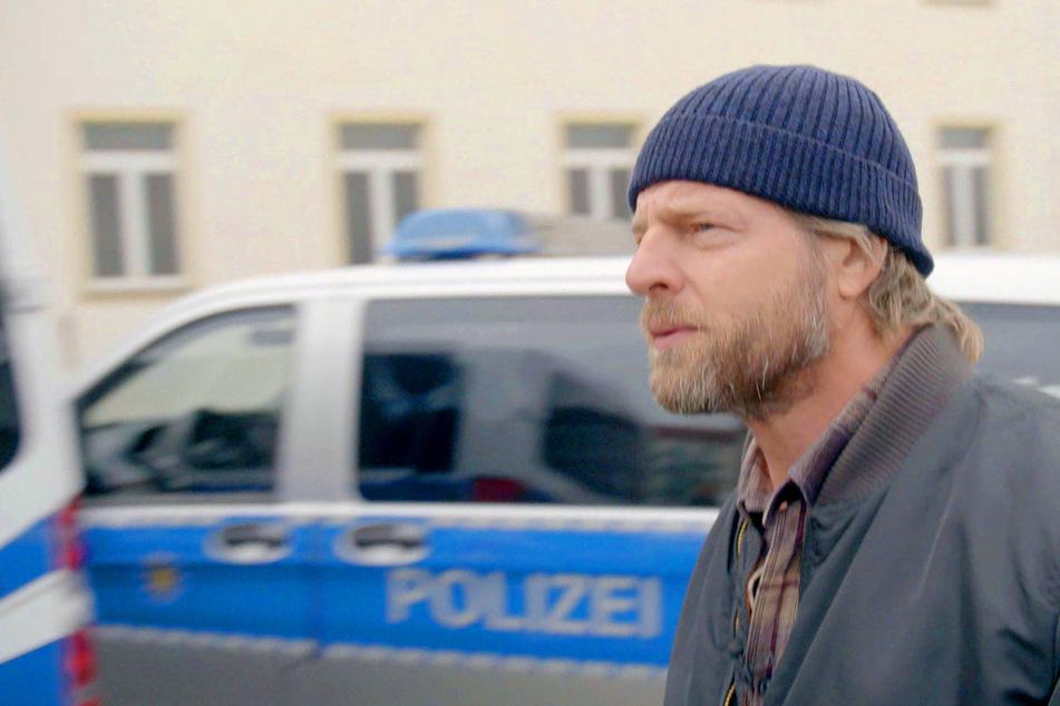 Den Blick ernst nach vorn, die Mütze locker auf dem Kopf: Schauspieler Henning Baum (48) ist bereit für den Einsatz.
