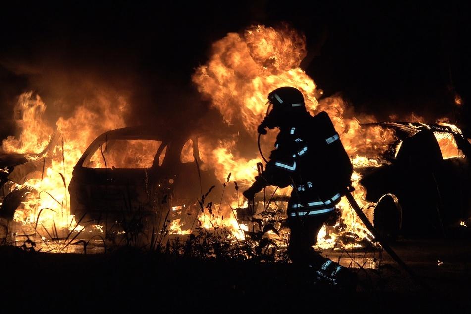 Insgesamt fünf Fahrzeuge musste die Leipziger Feuerwehr in der Nacht auf Donnerstag in Gohlis löschen.