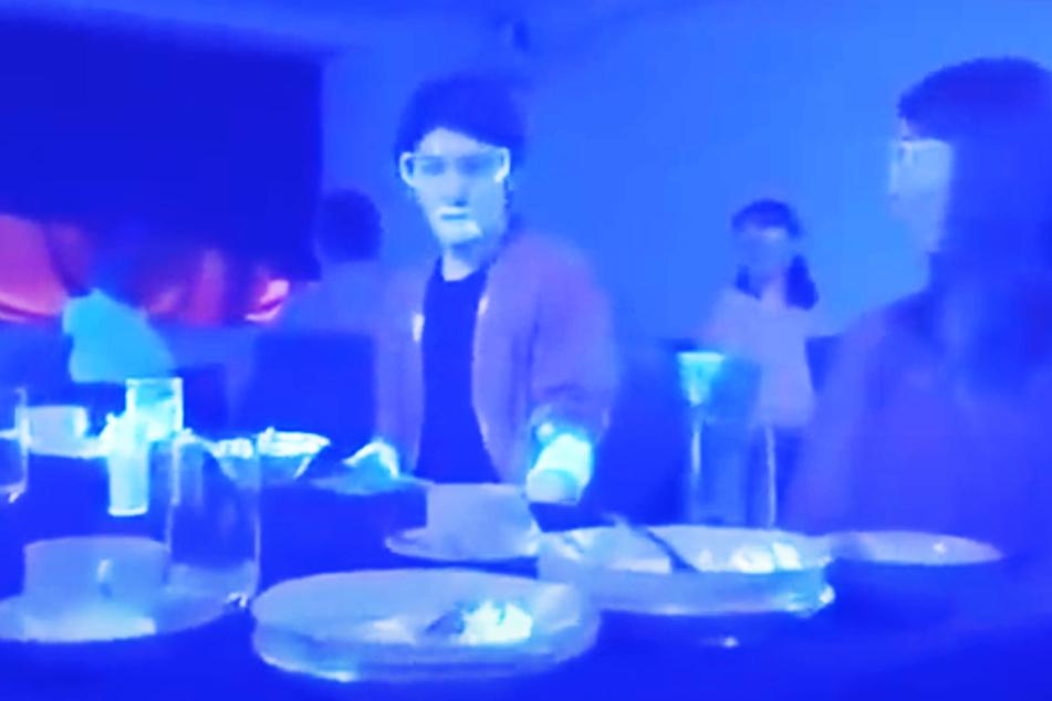 Überall ist fluoreszierende Farbe, die Viren versinnbildlicht.