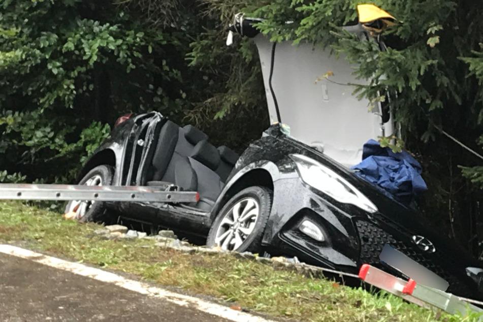 Mit diesem Wagen wurde der Fahrer in den Graben geschleudert.