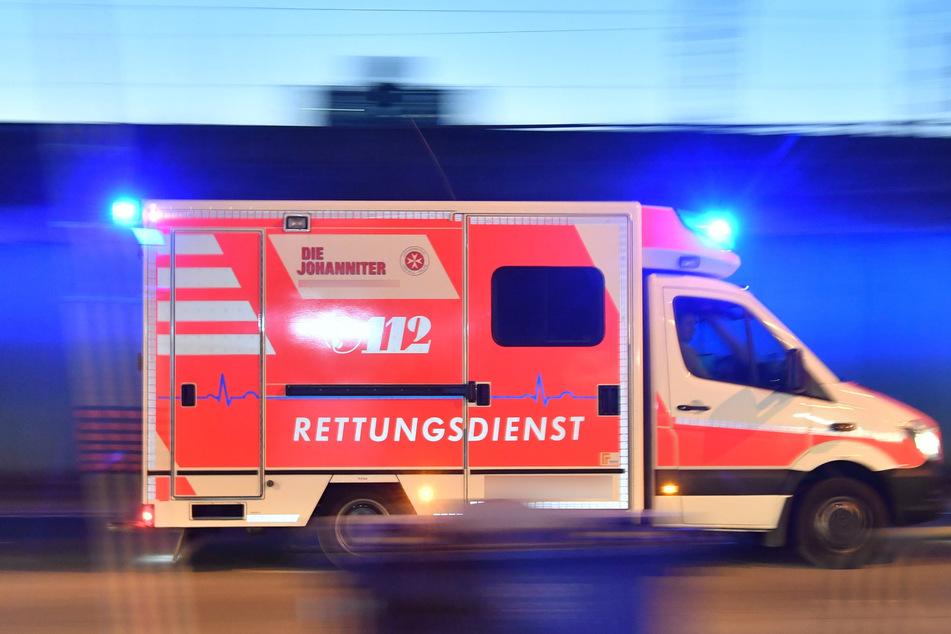 Ein Krankenwagen fährt zu einem Einsatz. In Dresden hat ein Mann ein Rettungssanitäter angegriffen. (Symbolbild)