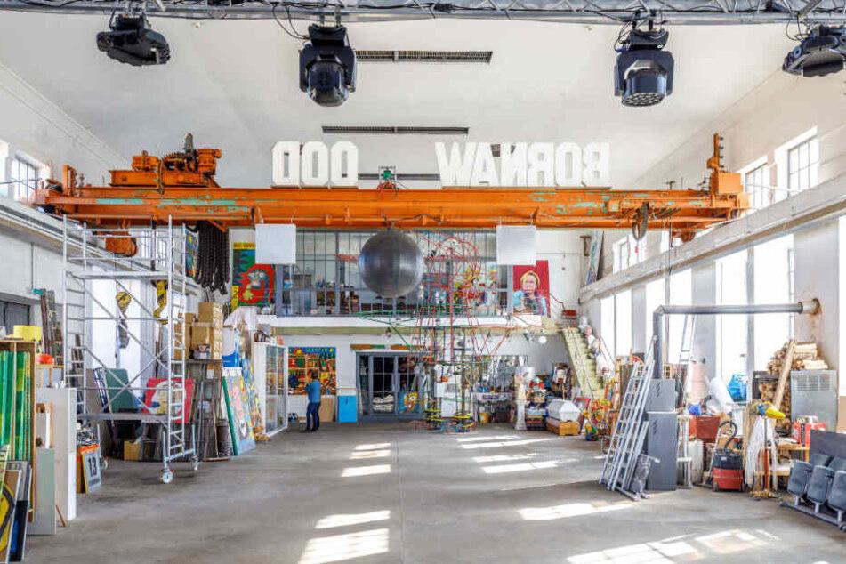 Blick in das riesige, neue Atelier in der ehemaligen Witznitzer Brikettfabrik. Dort fand auch die Matchbox-Sammlung des Künstlers einen würdigen Platz. Er besitzt insgesamt gut 8000 kleinen Kultautos.