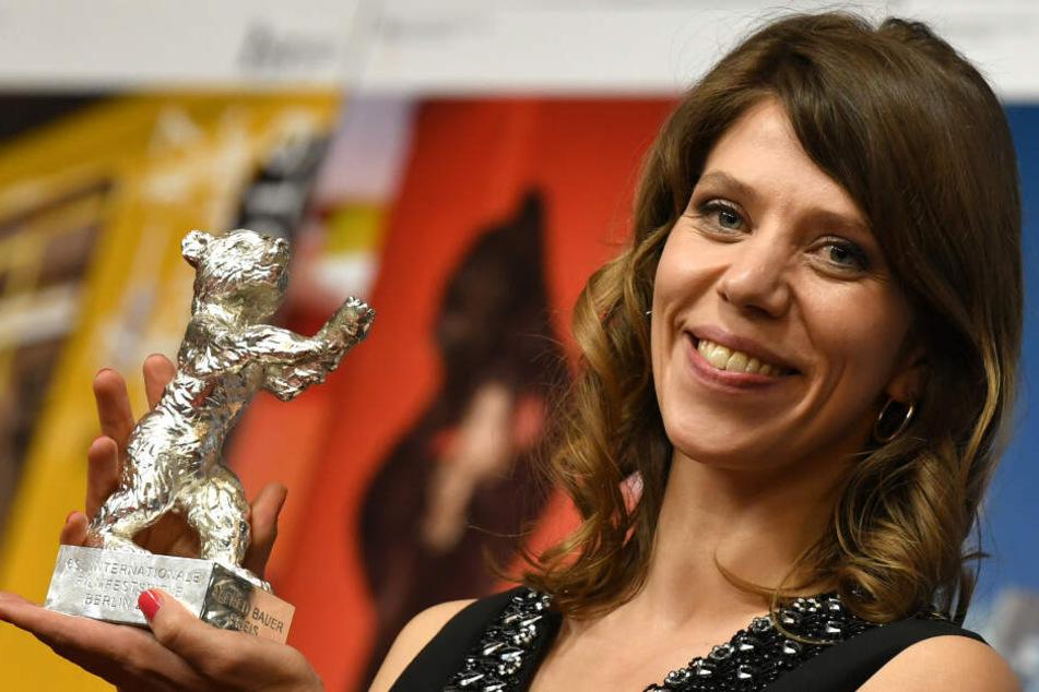 """Nora Fingscheidt mit dem Silbernen Bären für ihren Film """"Systemsprenger""""."""