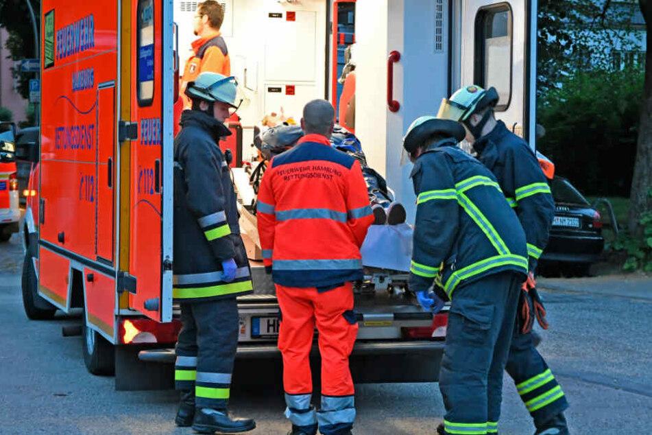 Rettungskräfte versorgen einen der verletzten Insassen.