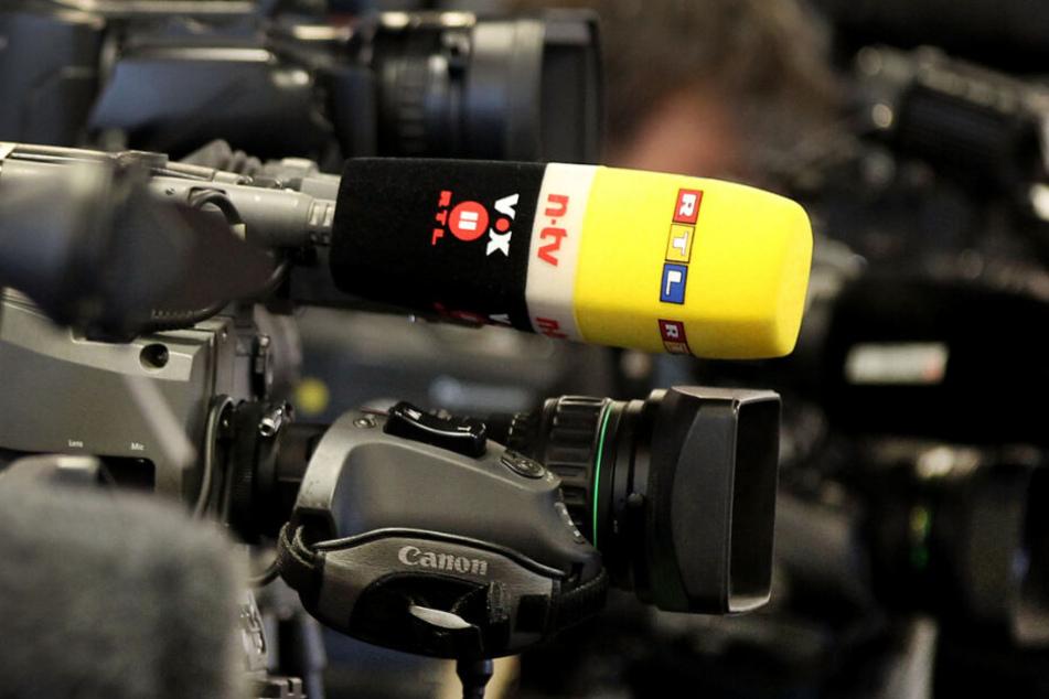Bei einer Pressekonferenz filmt eine Kamera, auf der ein Mikrofon von RTL steckt. (Archivbild)