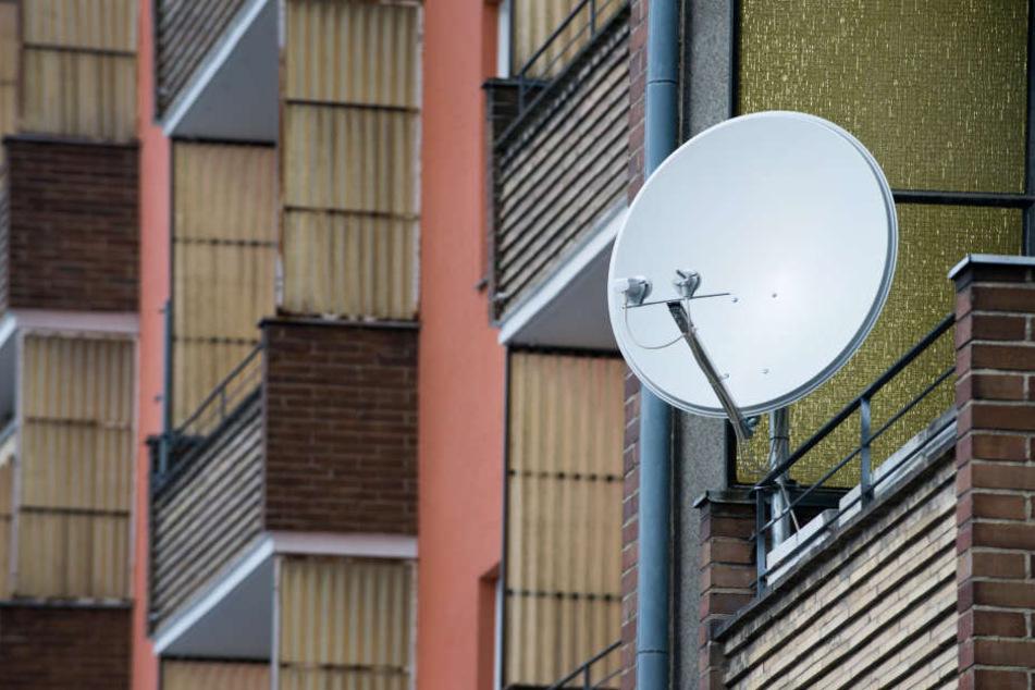 Der Mann ließ seine Satellitenschüssel für 790 Euro verlegen. (Symbolbild)