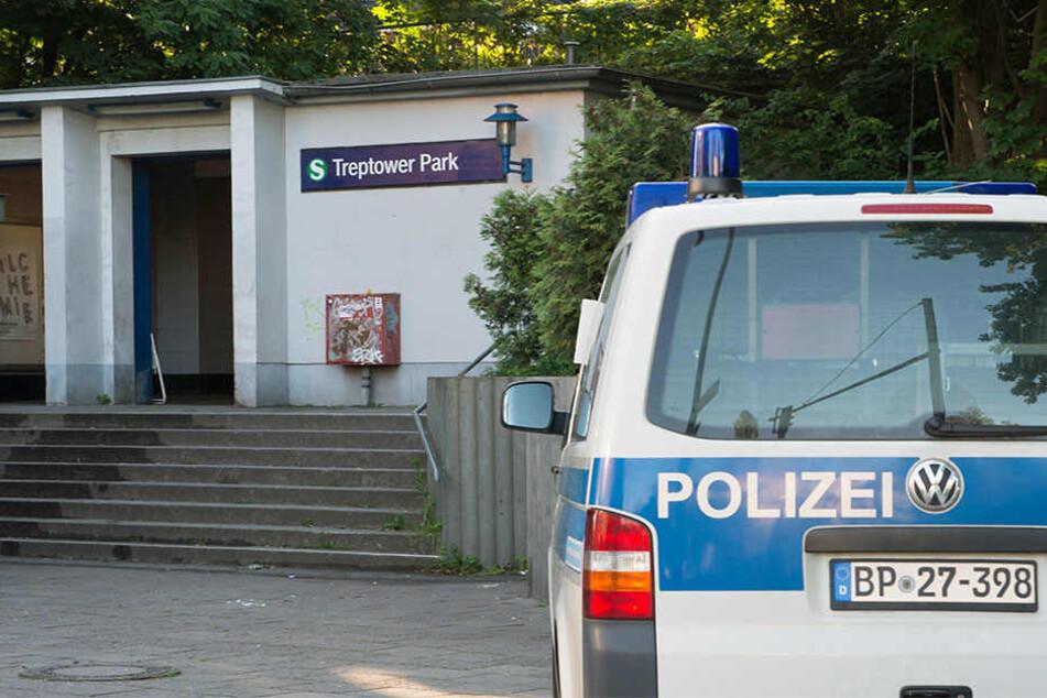 Vor dem S-Bahnhof Treptower Park steht ein Polizeiauto. Dort kam es am Montag zu einem Brandanschlag.