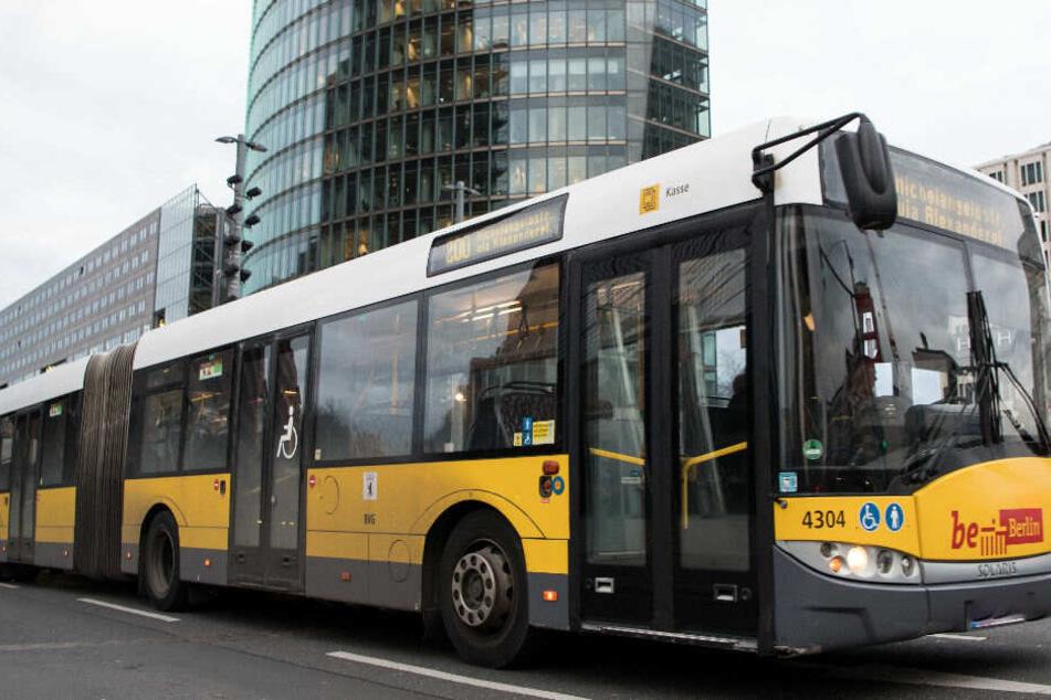 In einem Bus hatte der Mann versucht die Haare anzuzünden. (Symbolbild)