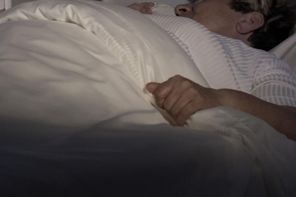 Die Frau nachts Opfer einer Sexualstraftat (Symbolbild)