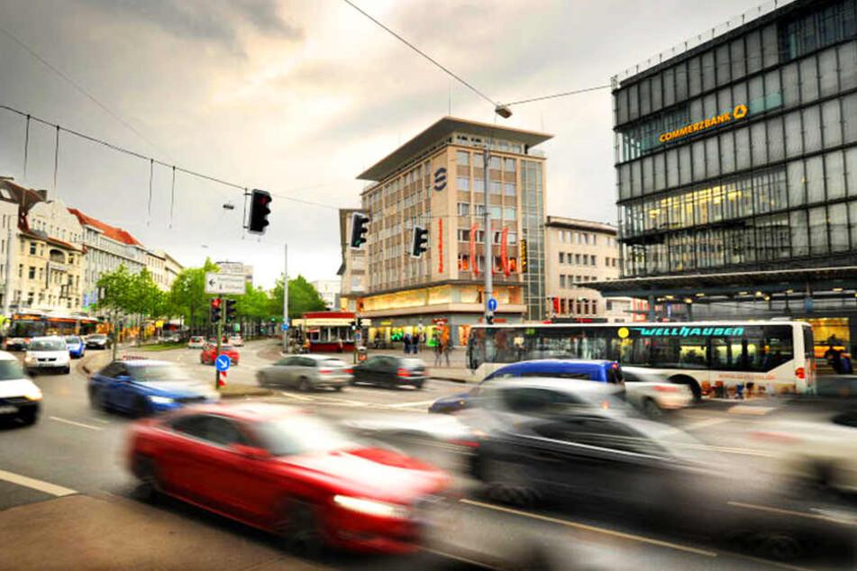 Bisher führt der Verkehr rund um den Jahnplatz über vier Spuren. Das könnte sich bald ändern.