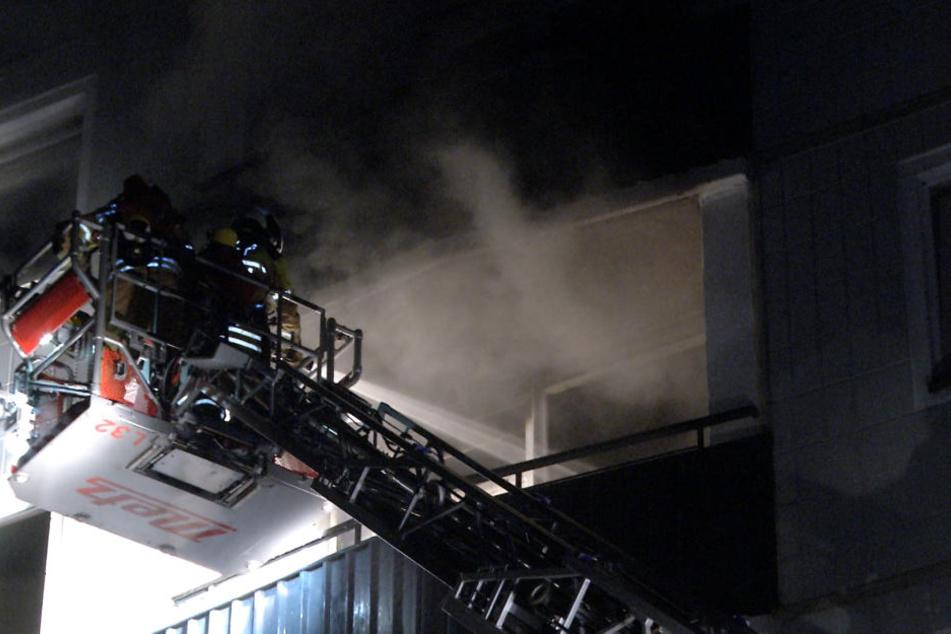 Bei einem Brand in einem 17-geschossigen Hochhaus in Dresden sind drei Menschen verletzt worden.