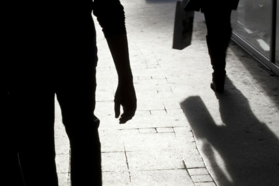 Der 29-Jährige beobachtete, wie die Frau von einem Mann bedrängt wurde.