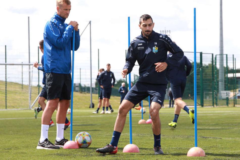 David Bergner (l.) beobachtet Rafael Garcia beim Training. Der Coach weiß, was er an dem Top-Vorlagengeber der Himmelblauen hat.