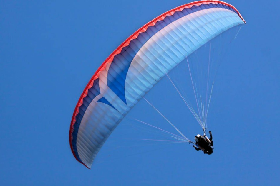Ein Gleitschirmflieger stürzte aus großer Höhe ab und verletzte sich dabei lebensgefährlich. (Symbolbild)