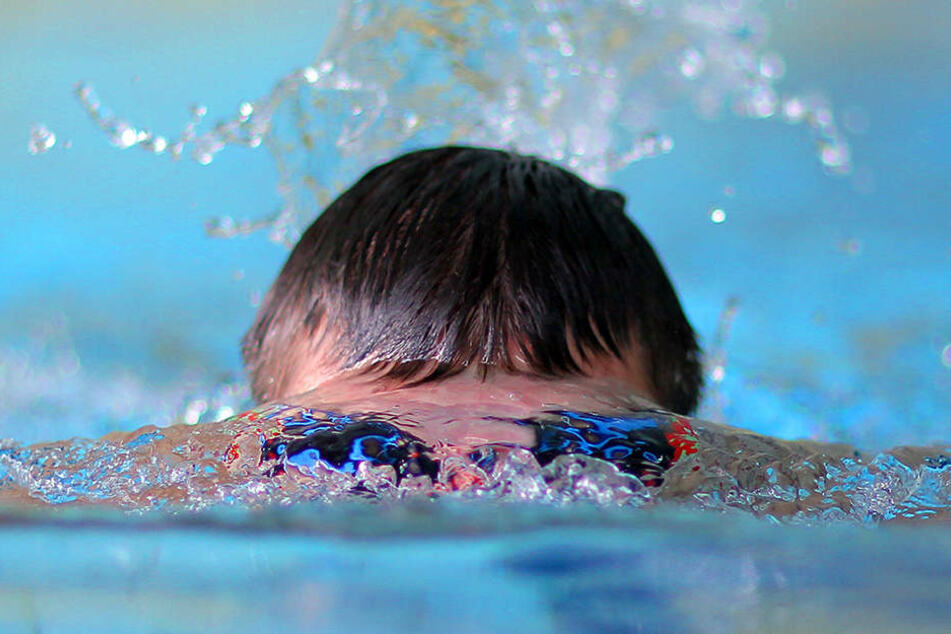 Mitten in der Nacht brach ein Dieb in ein Schwimmbad ein. Dort wurde er in Badehose von der Polizei erwischt. (Symbolbild)