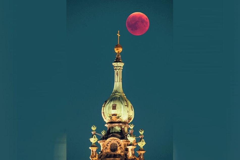 Eines seiner schönsten Motive: Hofkirche bei Blutmond.