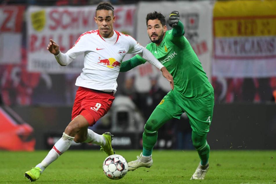 Yussuf Poulsen (l.) vergab Leipzigs dickstes Ding in der zweiten Halbzeit, Torhüter Roman Bürki (r.) war nach einem fatalen Fehler am Ende doch zur Stelle.