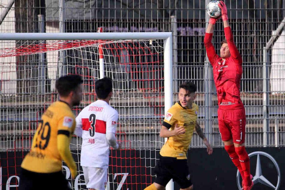 Gregor Kobel (r) hält die Kugel im Test gegen Dynamo Dresden fest: Auch gegen Heidenheim darf der Keeper von Anfang an ran.