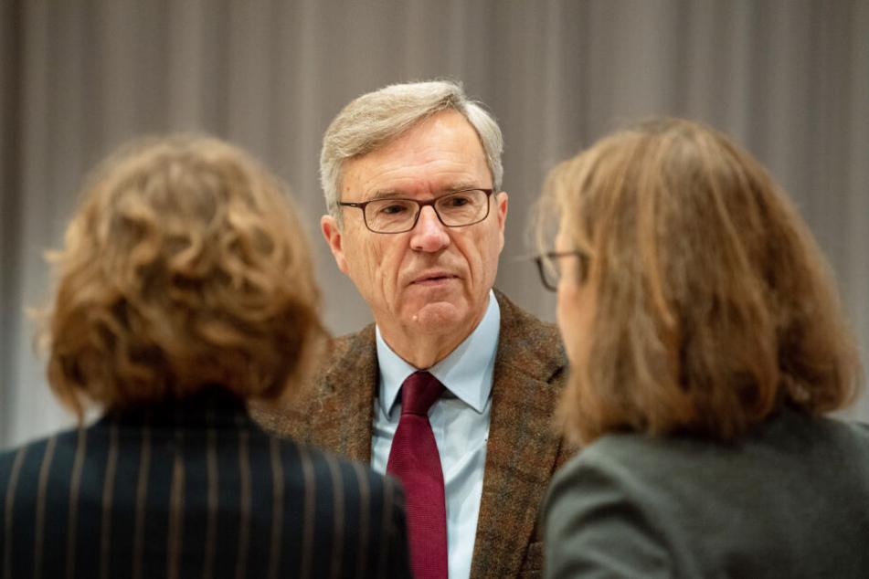Der Gutachter Henning Saß unterhält sich mit Högels Anwältinnen Kirsten Hüfken (links) und Ulrike Baumann.