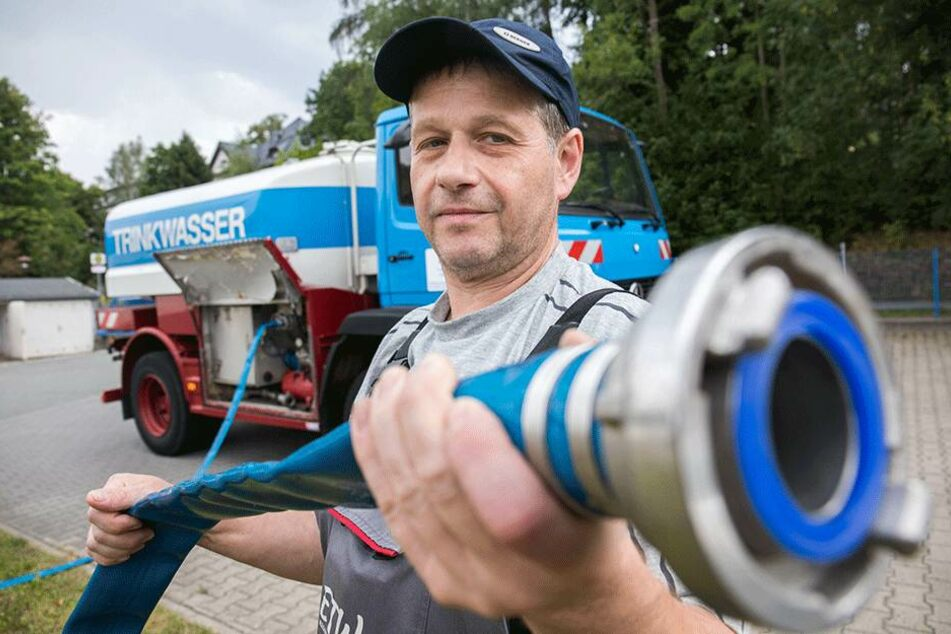 """Carsten Herrmann ist neuerdings öfter mit dem Frischwasserwagen der """"Erzgebirge Trinkwasser GmbH"""" unterwegs."""