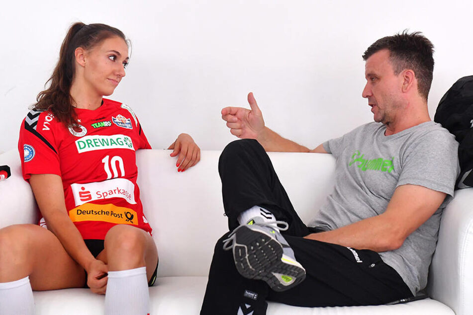 DSC-Chefcoach Alex Waibl (rechts) im Gespräch mit Lena Stigrot.