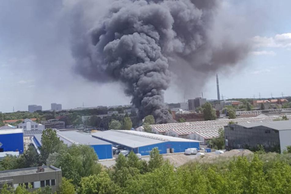 Eine Lagerhalle ist in Berlin-Lichtenberg in Brand geraten.