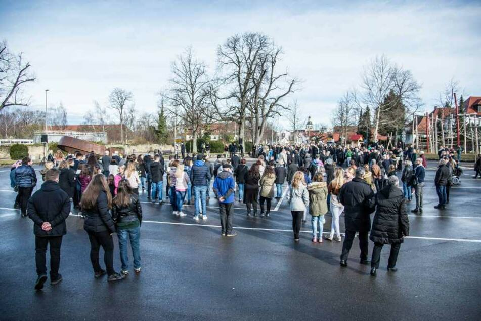 Zahlreiche Menschen waren gekommen, um an die Opfer zu gedenken.