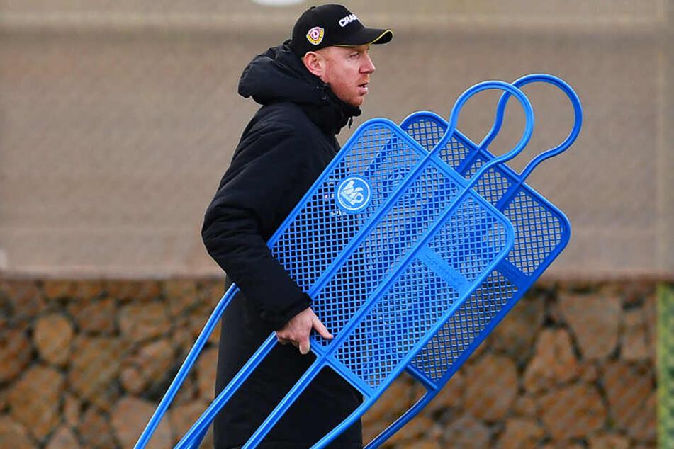 Einer, der auch selbst mal mit anpackt: Dynamo-Trainer Maik Walpurgis konnte sein Programm trotz des zeitweise schlechten Wetters durchziehen.
