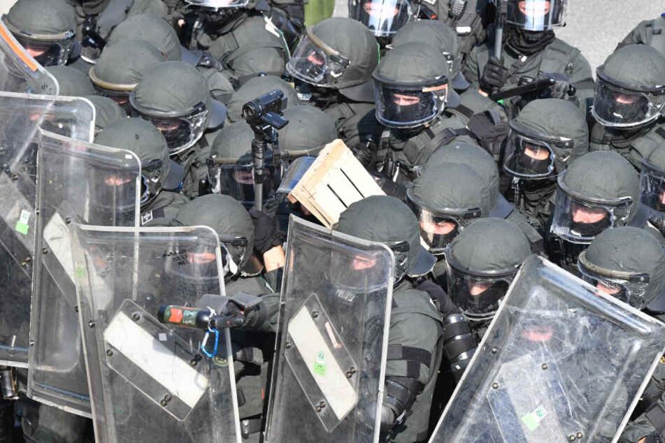 Polizisten gehen nahe der Landungsbrücken gegen Demonstranten vor. (Archivbild)