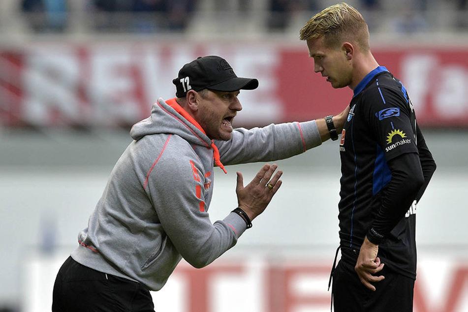 Steffen Baumgart (45) sagt seinen Spielern, wo es lang geht.