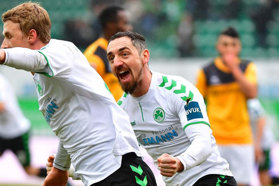 Der Fürther Torschütze Lukas Gugganig (links) jubelt gemeinsam mit Roberto Hilbert. Aias Aosman (rechts) kann das Gegentor nicht fassen.