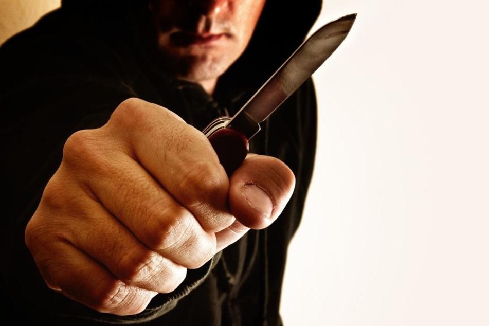 Der unbekannte Mann bedrohte eine Angestellte mit einem Messer.