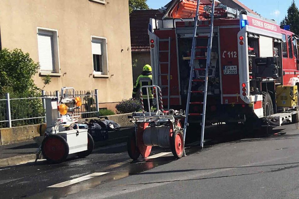 Das Foto zeigt Einsatzkräfte der Feuerwehr in Bergrheinfeld bei Schweinfurt.