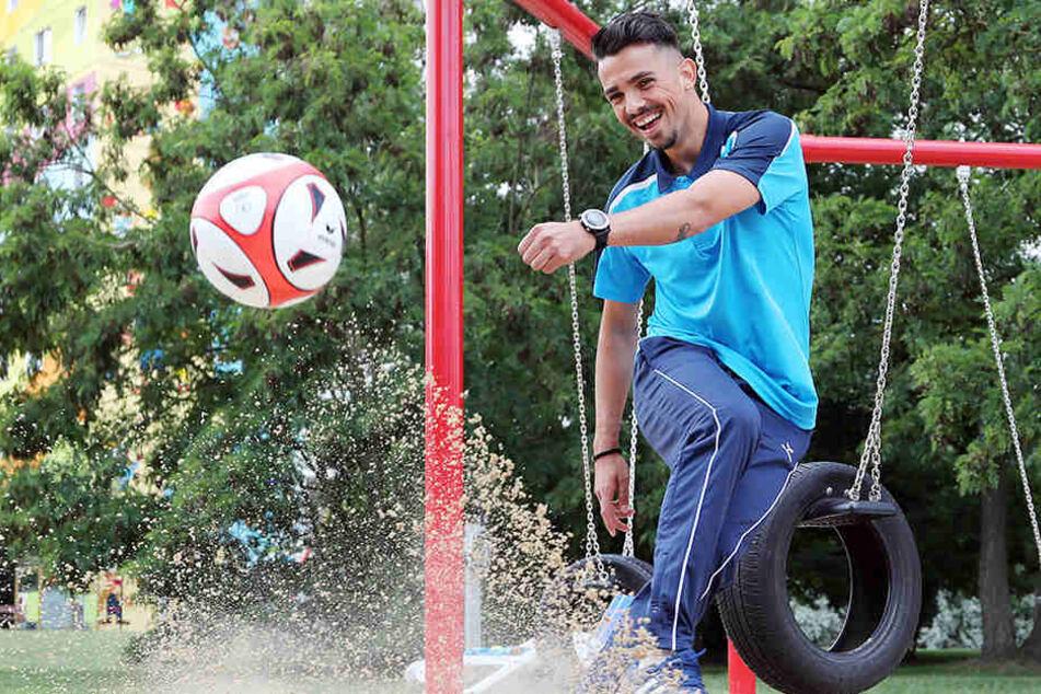 Kostadin Velkov hat auch im Sandkasten Spaß mit dem Ball.
