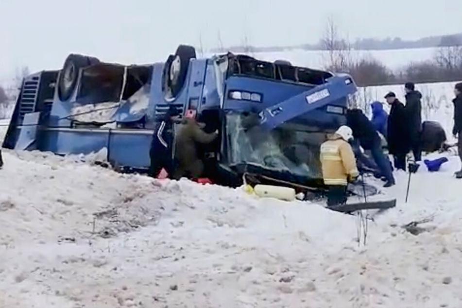 Bus überschlägt sich auf glatter Straße: Mehrere Kinder sterben