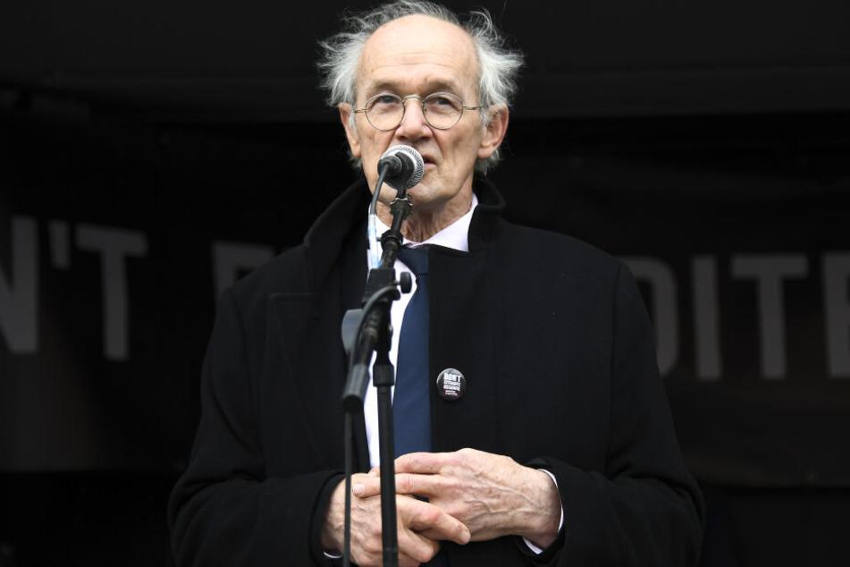 """John Shipton, Vater des WikiLeaks-Gründers Assange, spricht bei einer Kundgebung auf dem """"Parliament Square"""" gegen die Auslieferung seines Sohnes in die USA."""