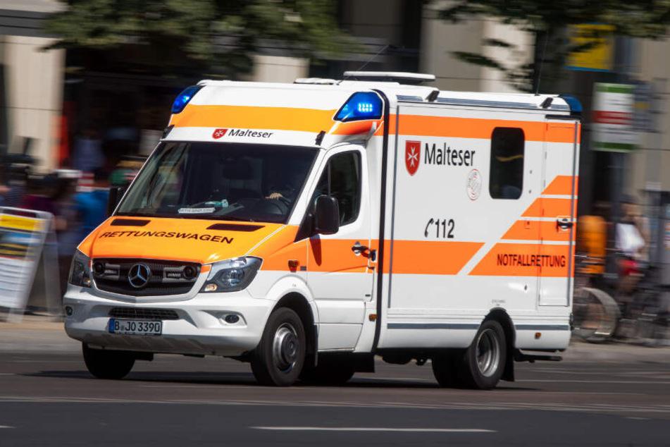 Ein Rettungswagen ist mit Blaulicht im Zentrum von Berlin unterwegs. (Symbolbild)