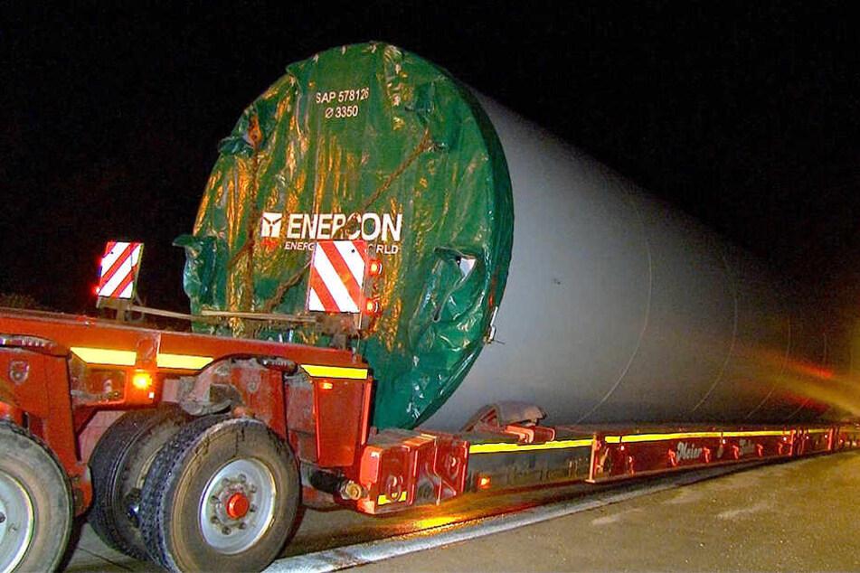 Der tonnenschwere Transporter hatte ein Bauteil für eine Windkraftanlage geladen.