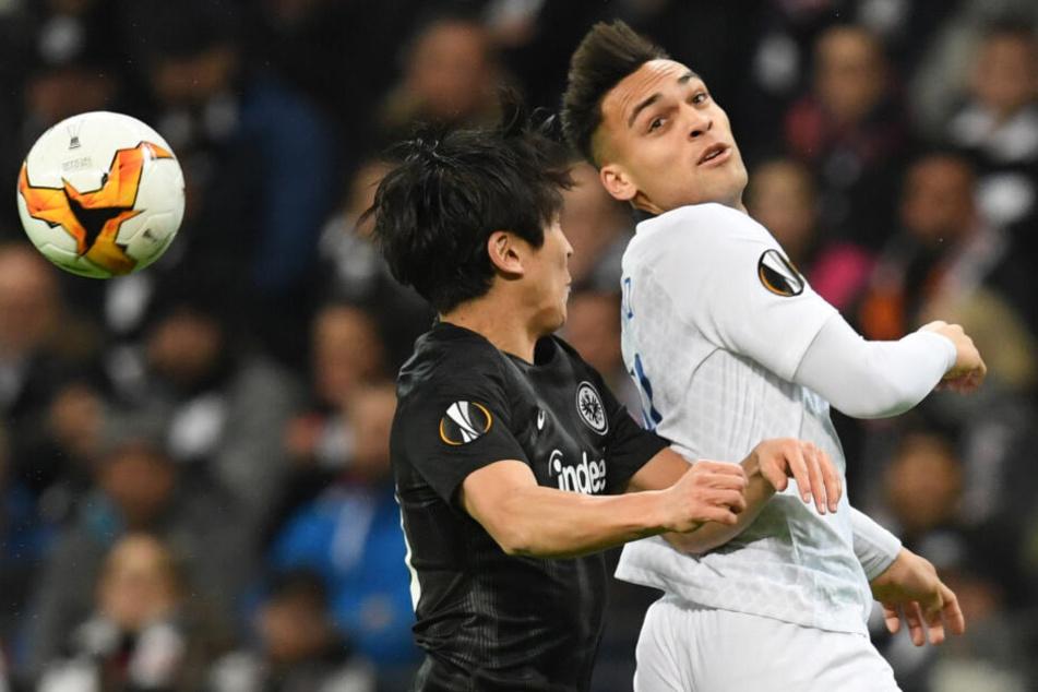 Makoto Hasebe (li.) kommt zu spät ins Kopfballduell mit Lautaro Martinez.