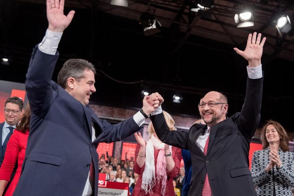Der alte und der neue Vorsitzende Hand in Hand: Sigmar Gabriel (li.) und Martin Schulz.