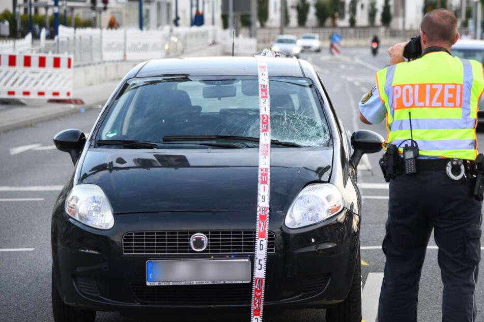 Er missachtete eine rote Ampel: Fiat-Fahrerin erfasst Fußgänger