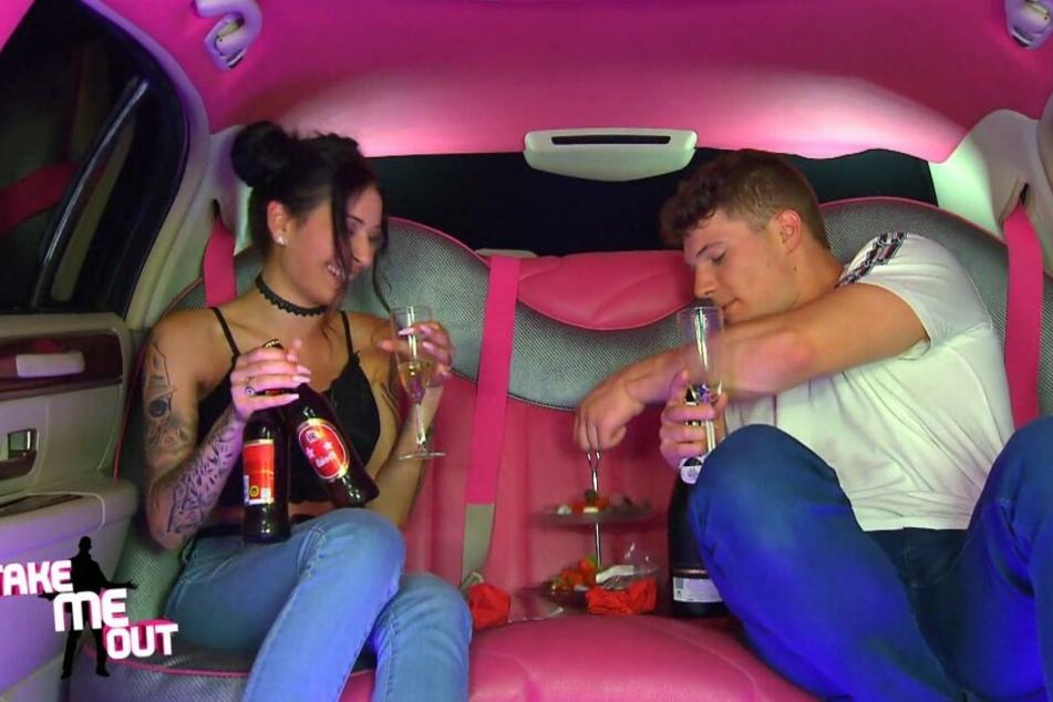 Shirin aus Dresden und Manu plünderten sämtliche Ess- und Trinkvorräte in der Limousine.