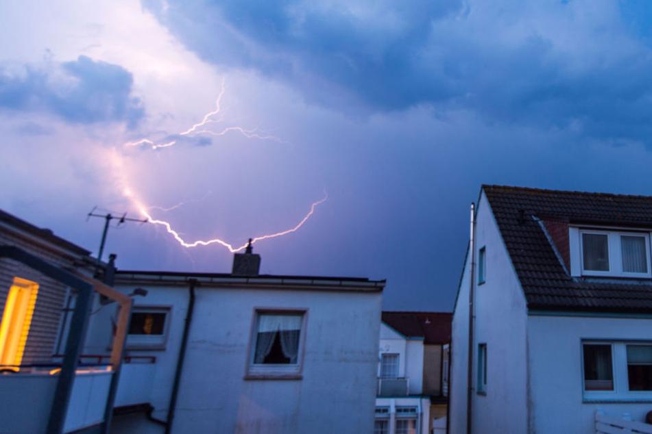Der Blitz setzte den Dachstuhl in Brand. (Symbolbild)